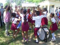 La argentina Belen enseñó a los niños el baile del bombo