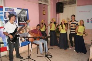 """Jóvenes artistas de """"Punto de Giro"""" y """"As de Trébol"""" participaron esta noche en el homenaje a #LosCinco junto a estudiantes extranjeros en #Camagüey"""